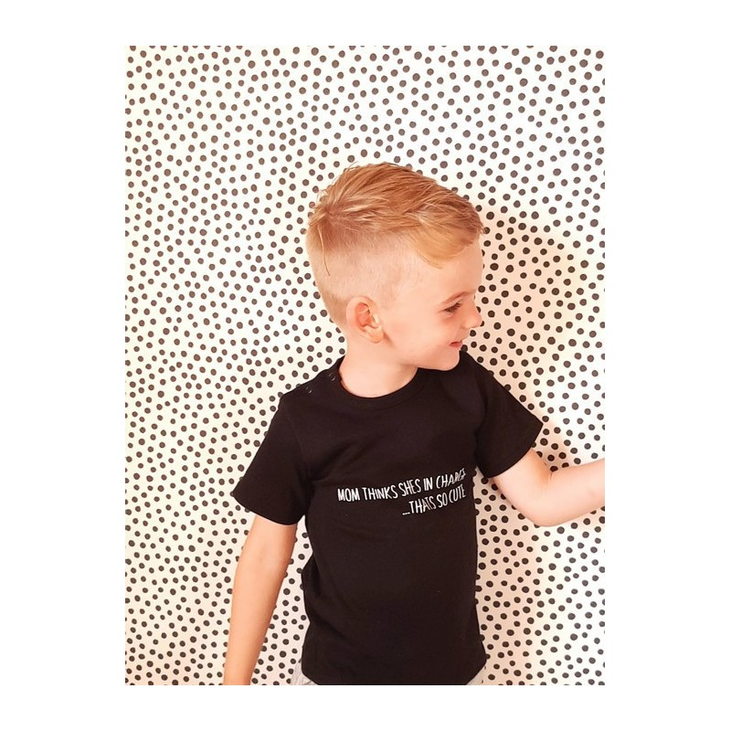 "Bedrukt baby / kinder t-shirt zwart ""mom thinks she's in charge.....that's so cute!"